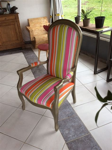 fauteuil voltaire relooké chassis or tissu multicolore